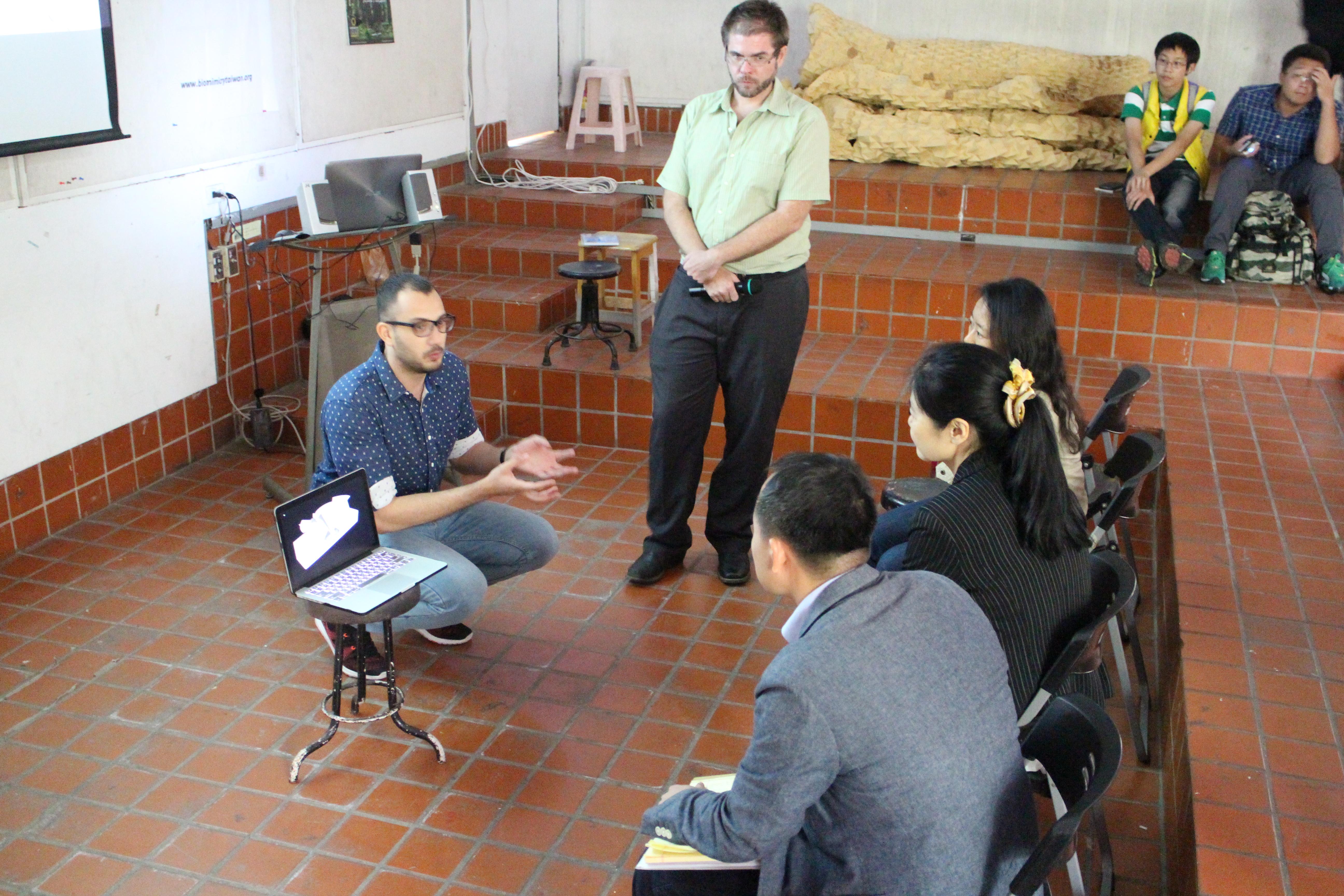 團隊藉由公開討論彼此學習